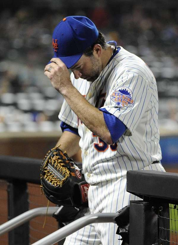 Mets starting pitcher Shaun Marcum enters the dugout