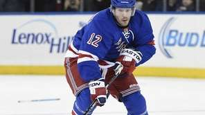 New York Rangers right wing Lee Stempniak skates