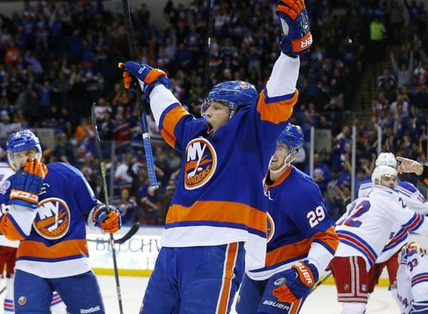 Anders Lee of the New York Islanders celebrates