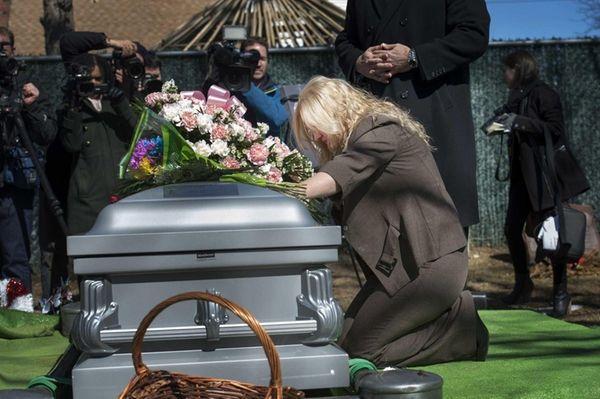 The late Shannan Gilbert's mother, Mari Gilbert, grieves