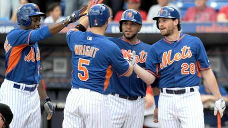 Mets teammates greet David Wright after he hits
