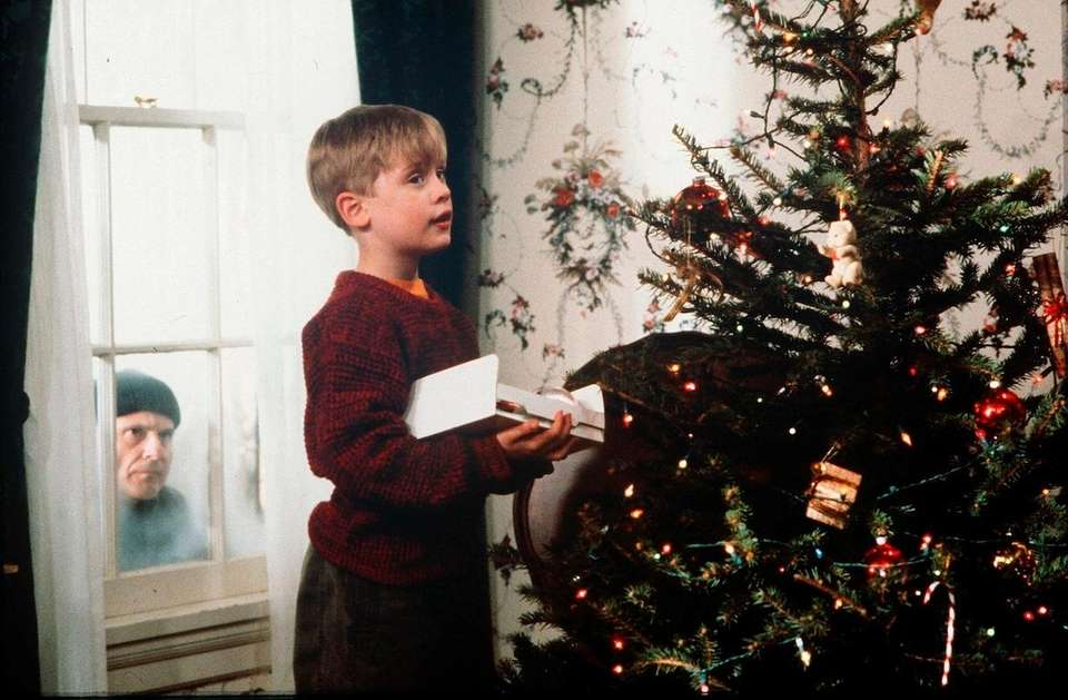 Hughes' thinnest script -- abandoned kid thwarts burglars