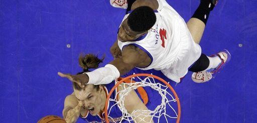 New York Knicks' Lou Amundson shoots past Philadelphia
