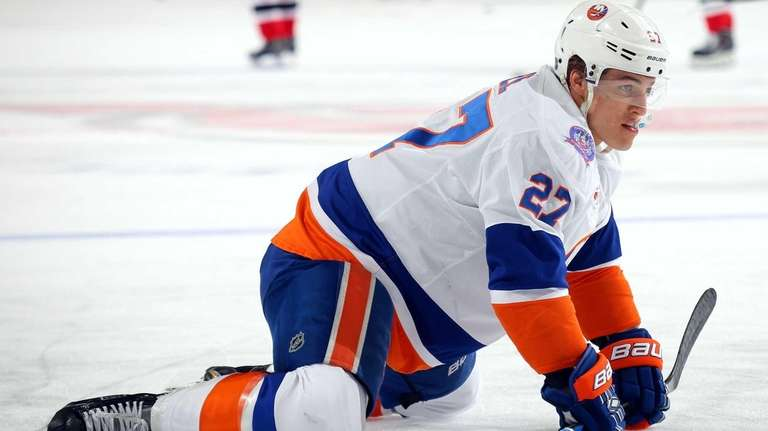 Anders Lee of the Islanders stretches before taking