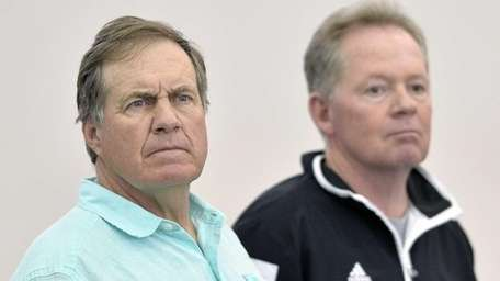 New England Patriots head coach Bill Belichick, left,