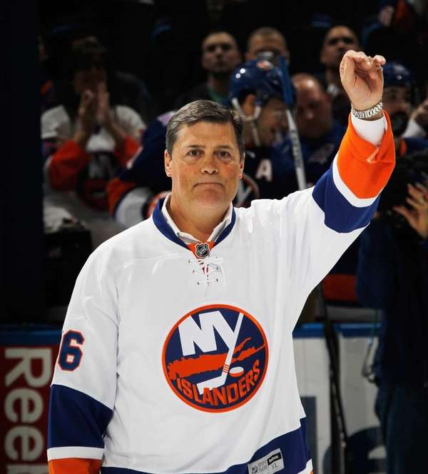 Hall of Fame member Pat Lafontaine is honored