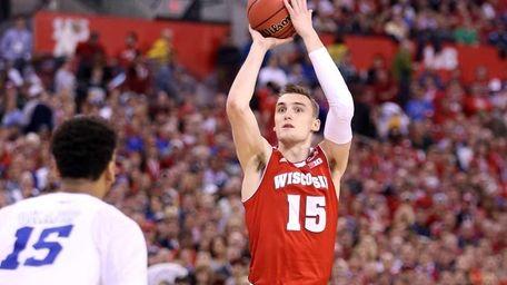 Sam Dekker of the Wisconsin Badgers shoots in