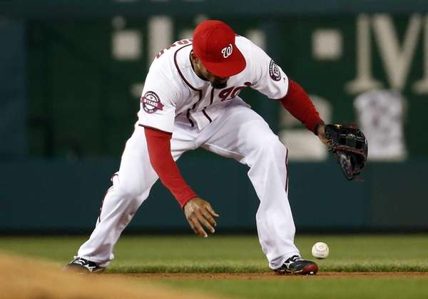 Washington Nationals shortstop Ian Desmond (20) bobbles a