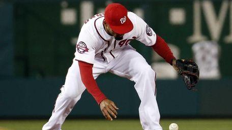 Washington Nationals shortstop Ian Desmond (20) bobbles a