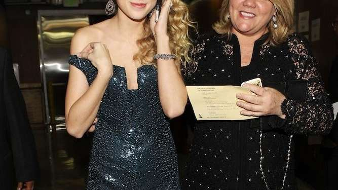 Taylor Swift and her mom Andrea Swift backstage
