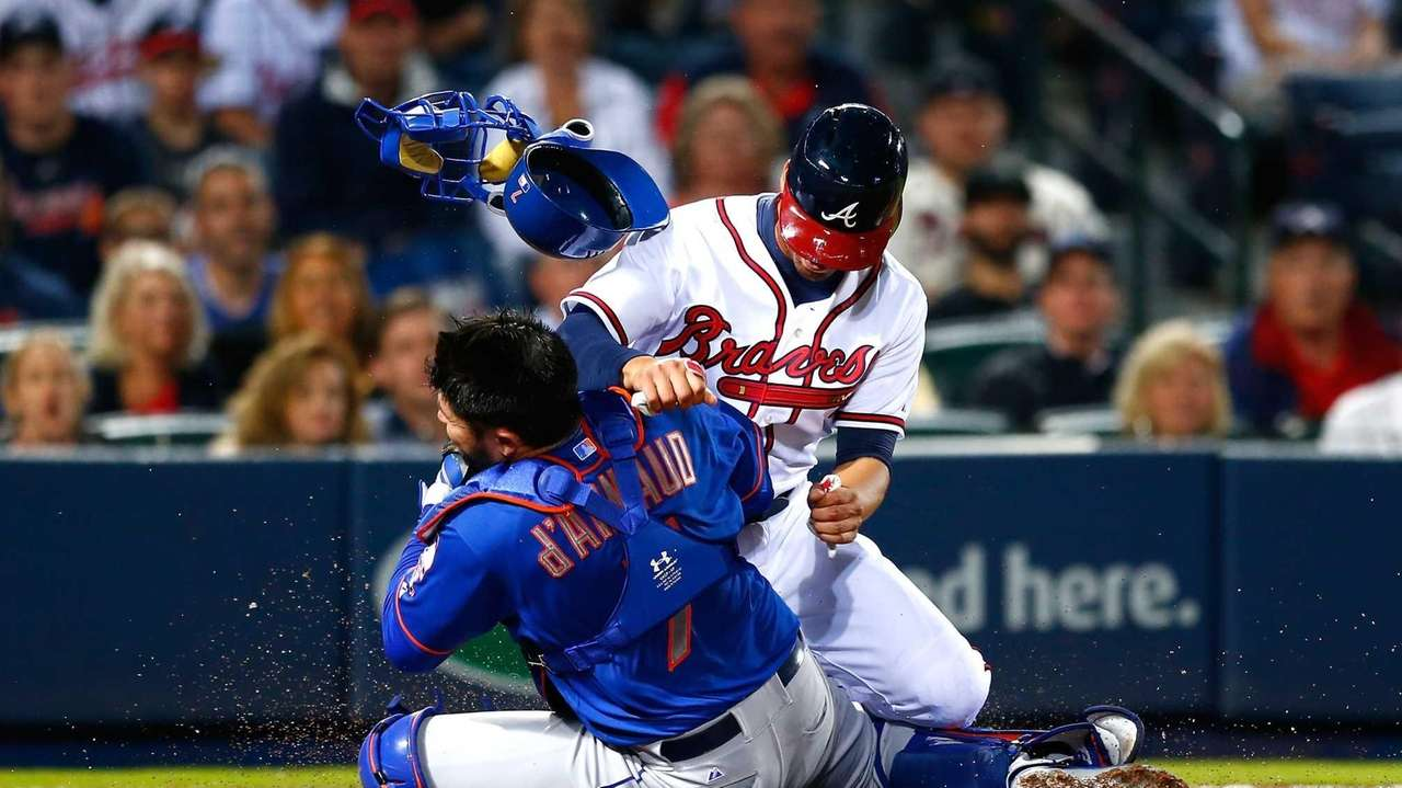 Andrelton Simmons of the Atlanta Braves collides with