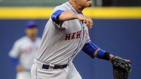 Mets shortstop Wilmer Flores throws out Atlanta