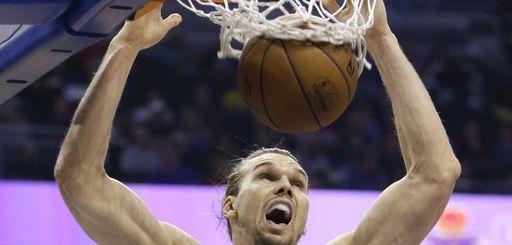 New York Knicks forward Lou Amundson makes an