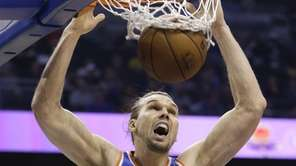 New York Knicks forward Lou Amundson makes an