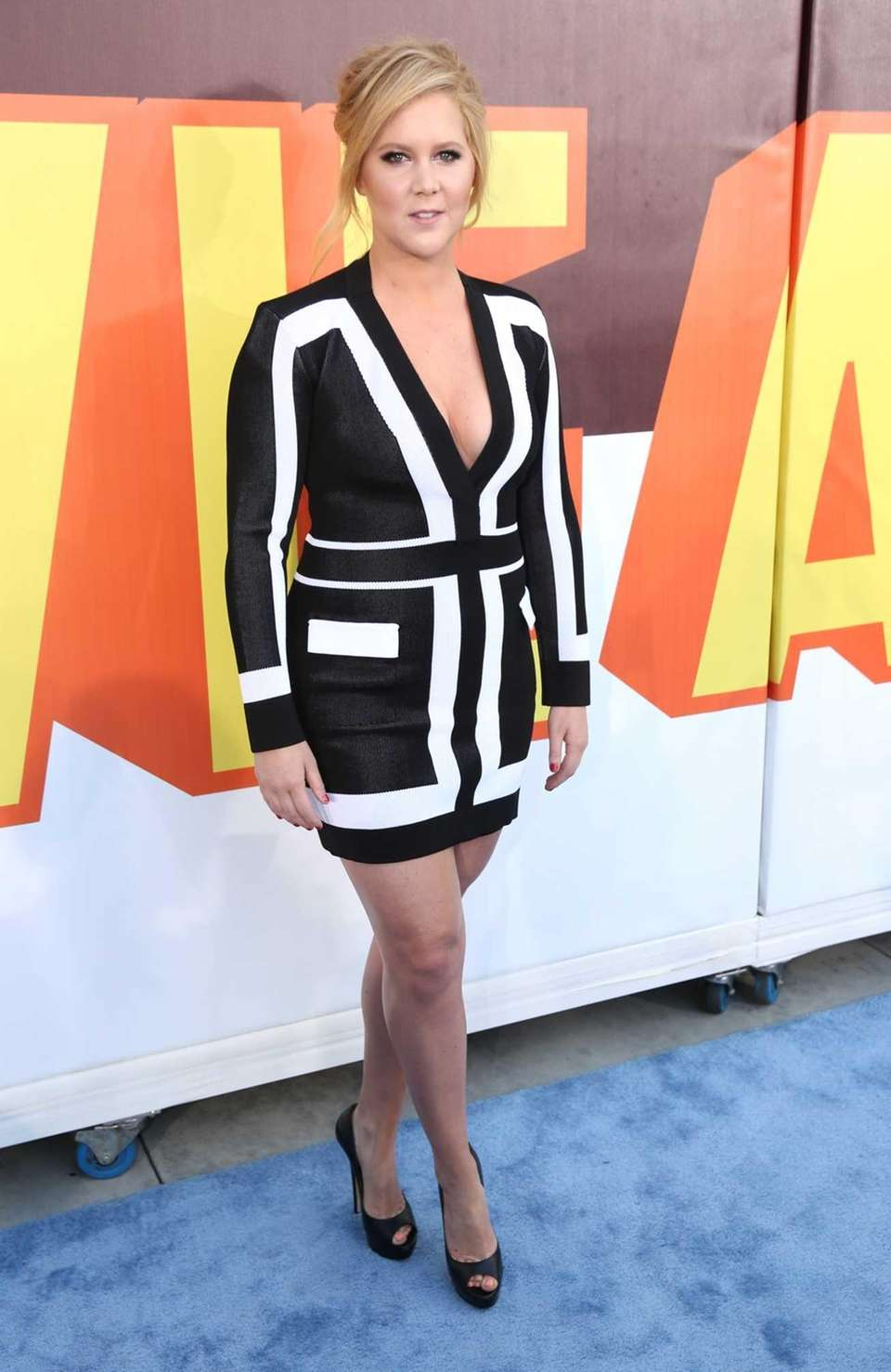 Amy Schumer arrives at the MTV Movie Awards