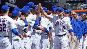 The New York Mets' David Wright high-fives teammates