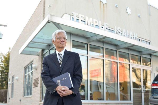 Rabbi Theodore Tsuruoka in front of Temple Isaiah