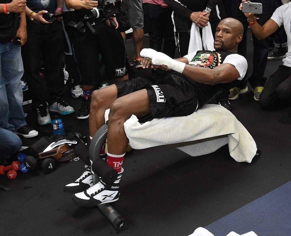 WBC/WBA welterweight champion Floyd Mayweather Jr. does situps