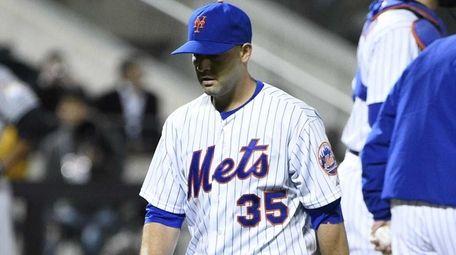 New York Mets starting pitcher Dillon Gee walks