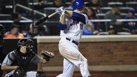 Mets first baseman Lucas Duda hits an RBI