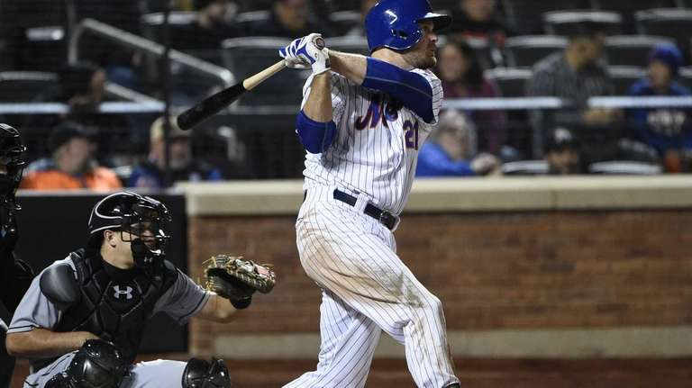 Mets first baseman Lucas Duda hits an RBI