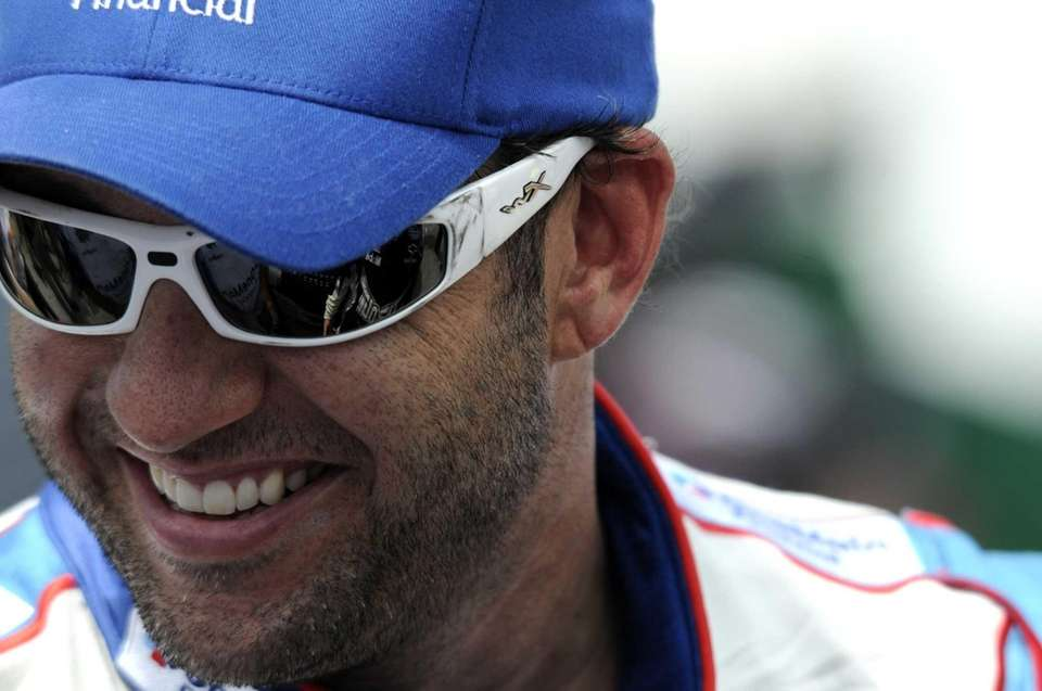 NASCAR driver Elliott Sadler portrayed Shelton's partner-in-crime, using