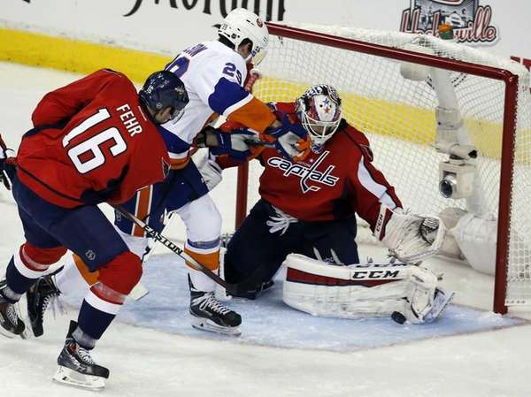 Washington Capitals right wing Eric Fehr defends with