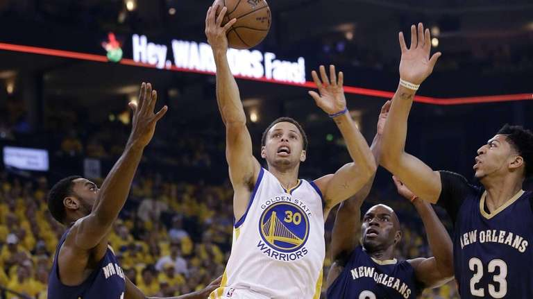 The Golden State Warriors' Stephen Curry (30) shoots