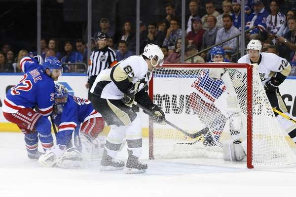 Sidney Crosby #87 of the Pittsburgh Penguins scores