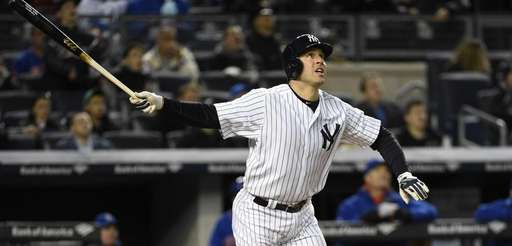 New York Yankees first baseman Mark Teixeira watches
