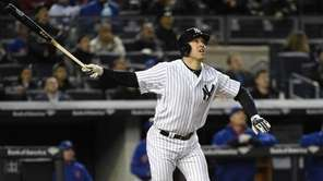 New York Yankees first baseman Mark Teixeira watches