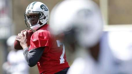 New York Jets quarterback Geno Smith, left, looks