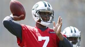New York Jets quarterback Geno Smith throws during