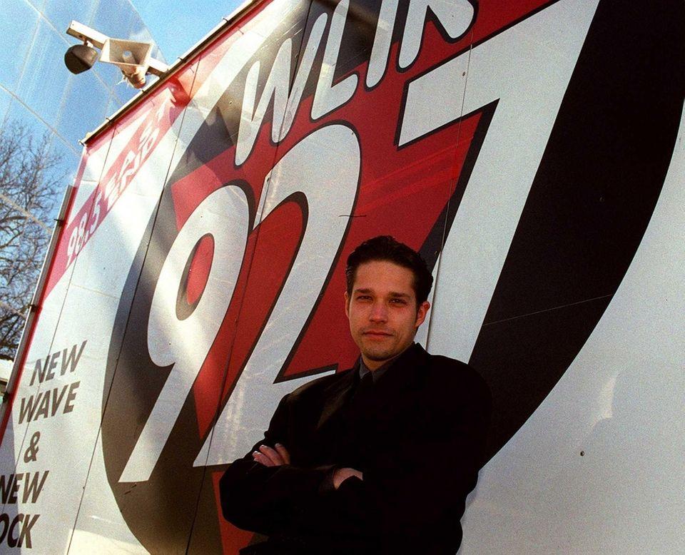 Tuning to 92.7 FM (WLIR/WDRE,