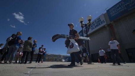 The Islanders' Anders Lee gets leaves Nassau Coliseum