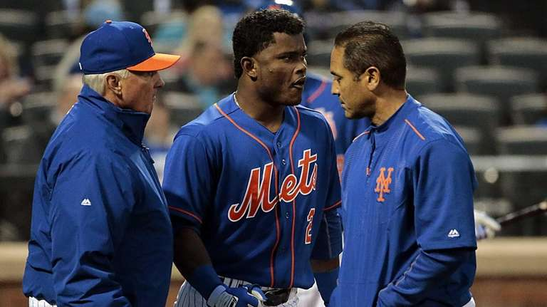Mets manager Terry Collins and the trainer check