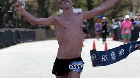 Men's marathon winner Oz Pearlman, of Manhattan, crosses