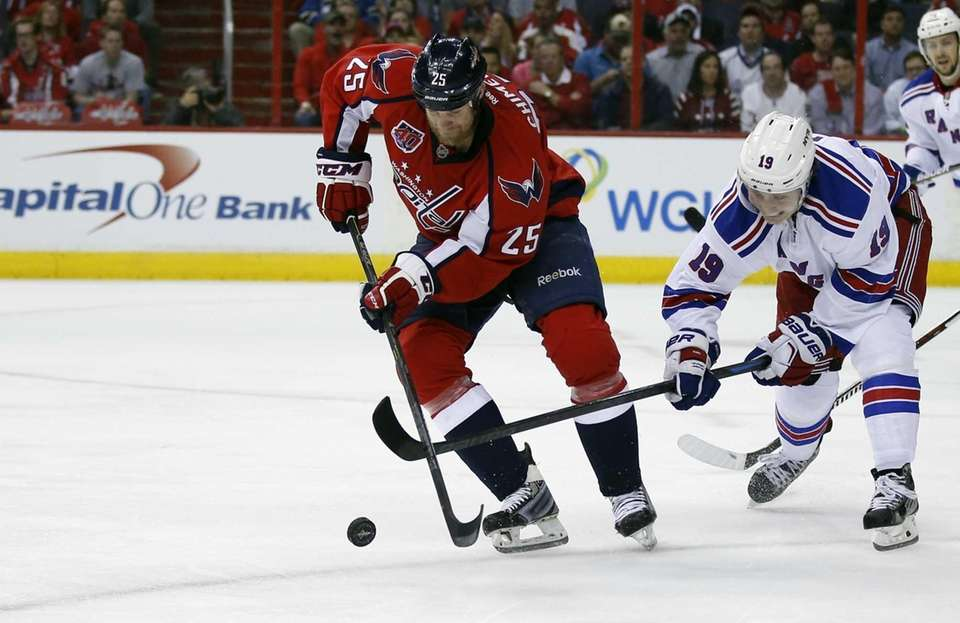 Washington Capitals left wing Jason Chimera (25) tries