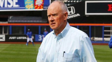 New York Mets general manager Sandy Alderson walks