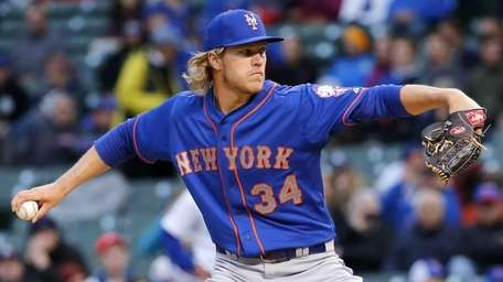 New York Mets starting pitcher Noah Syndergaard throws