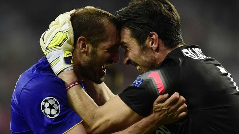 Juventus defender Giorgio Chiellini, left, celebrates with Juventus