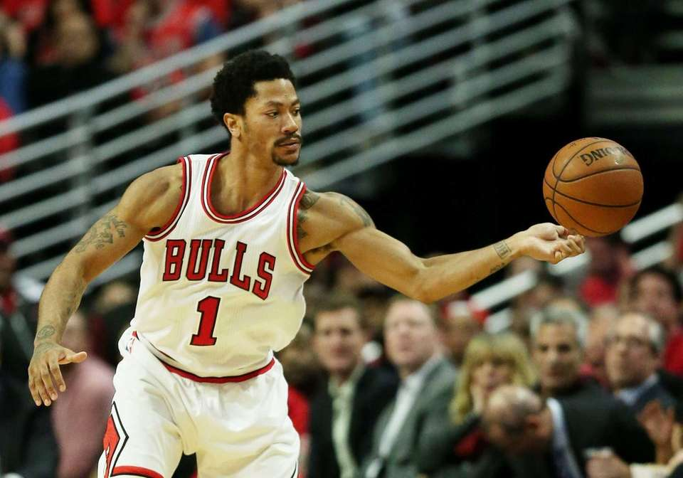 Derrick Rose of the Chicago Bulls passes against