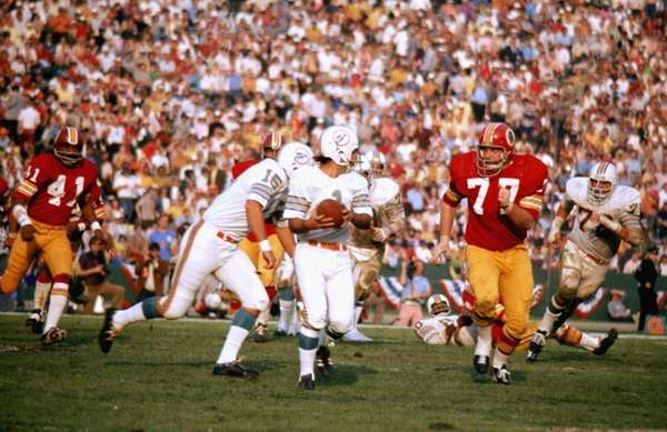 Miami kicker Garo Yepremian attempts to escape Washington