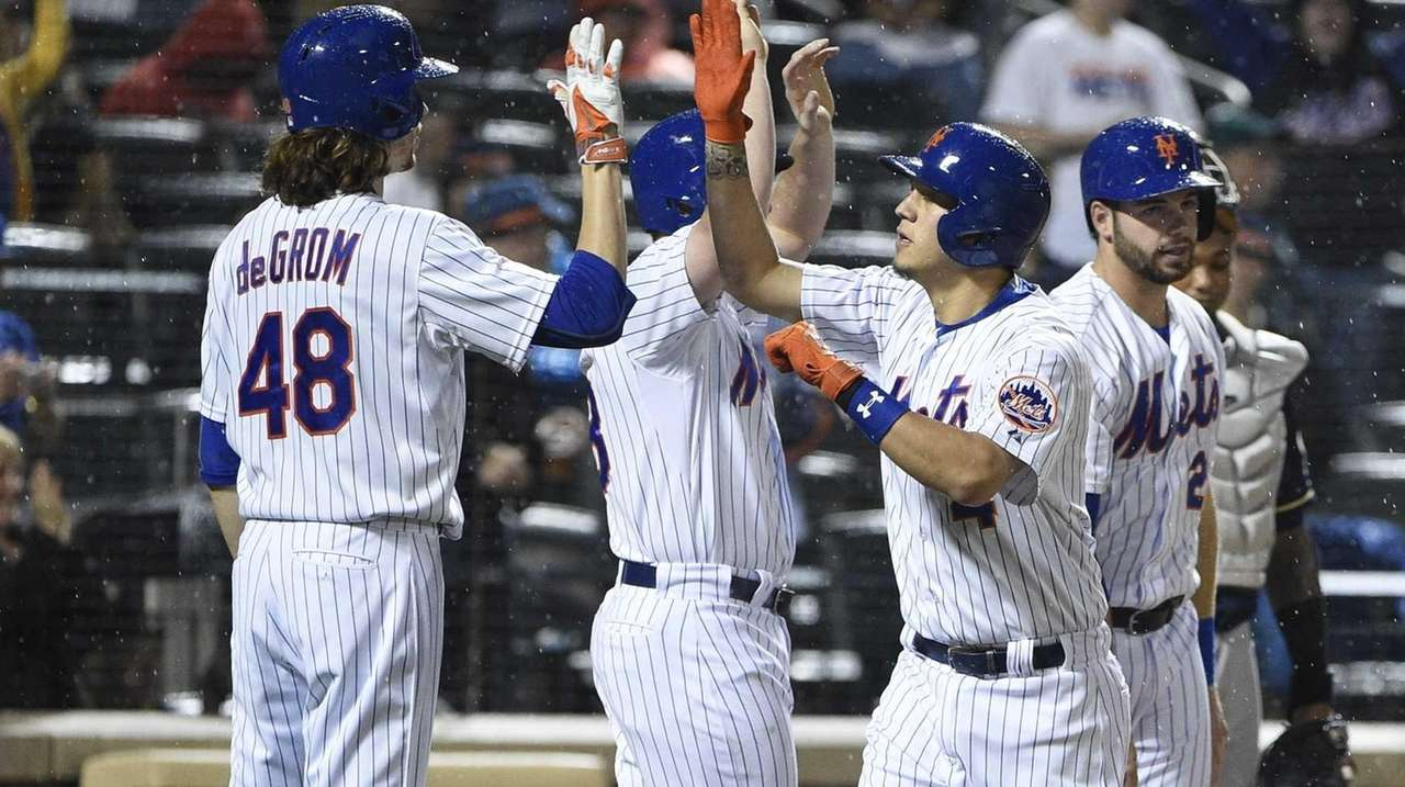 New York Mets shortstop Wilmer Flores, right, is