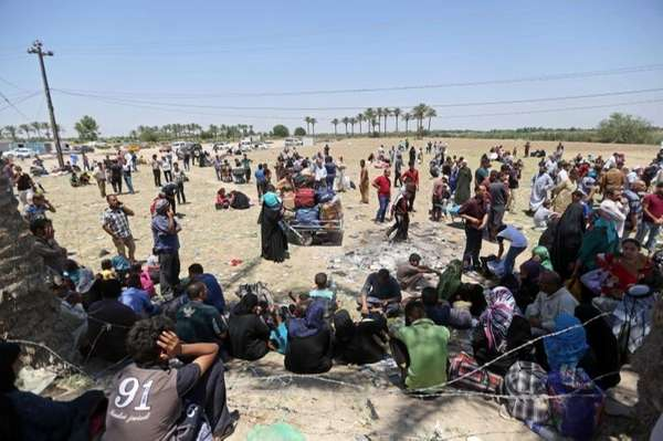 Displaced Iraqis from Ramadi rest before crossing the