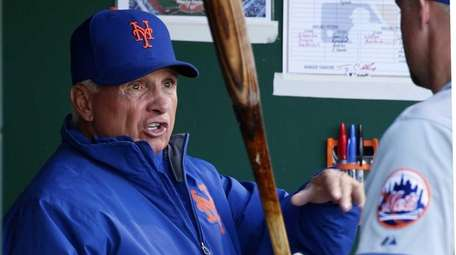 New York Mets manager Terry Collins, left, talks
