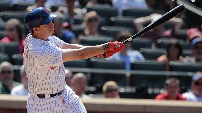 New York Mets shortstop Wilmer Flores (4) unloads