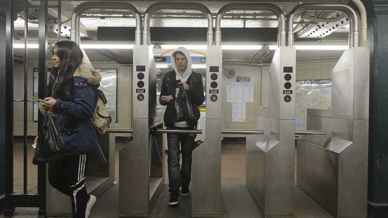J train passengers enter the Jamaica Avenue &