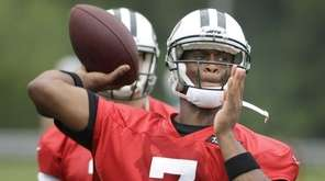 New York Jets quarterback Geno Smith (7) throws