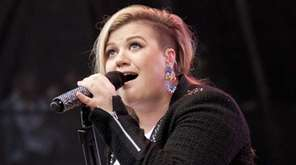 Kelly Clarkson takes the stage at Nikon at